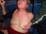 Onder het negerzaad laat mijn vrouw zich in haar tepels knijpen!