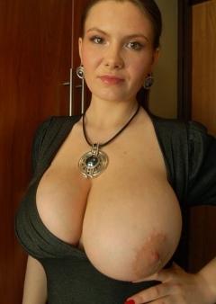 Vrouwtje heeft een grote tiet uit haar truitje hangen!