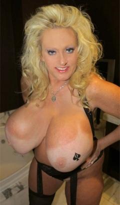 Blonde cuckoldress showt haar grote borsten!